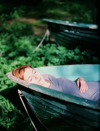 Resiliente Frau im Boot